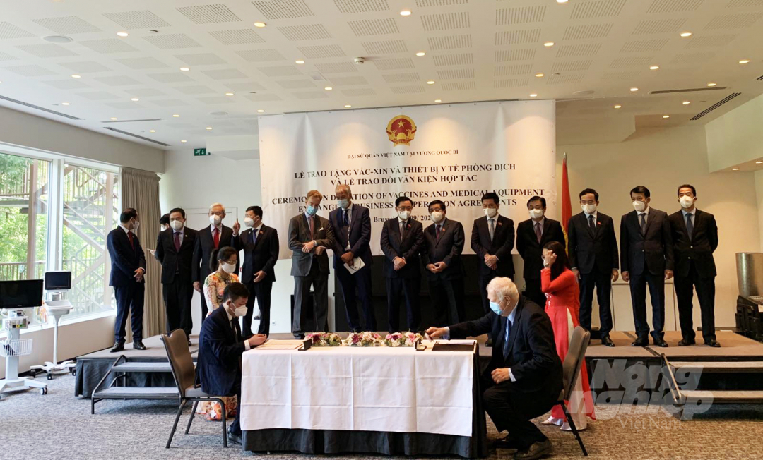 Overview of the signing ceremony of the Memorandum of Understanding on cooperation in the development of wind-powered water desalination technology in the South Central Coast and the Mekong Delta.